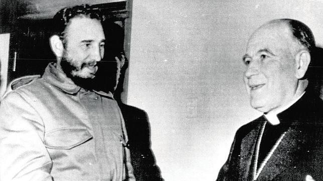 Fidel Castro estrechando la mano del cardenal Raúl Silva Henríquez