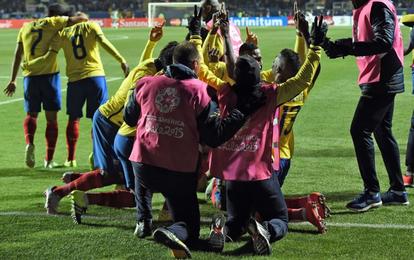 Ecuador's forward Enner Valencia (R,13)celebrates with teammates after scoring against Mexico during their 2015 Copa America football championship match, in Rancagua, Chile, on June 19, 2015.   AFP PHOTO / PABLO PORCIUNCULA