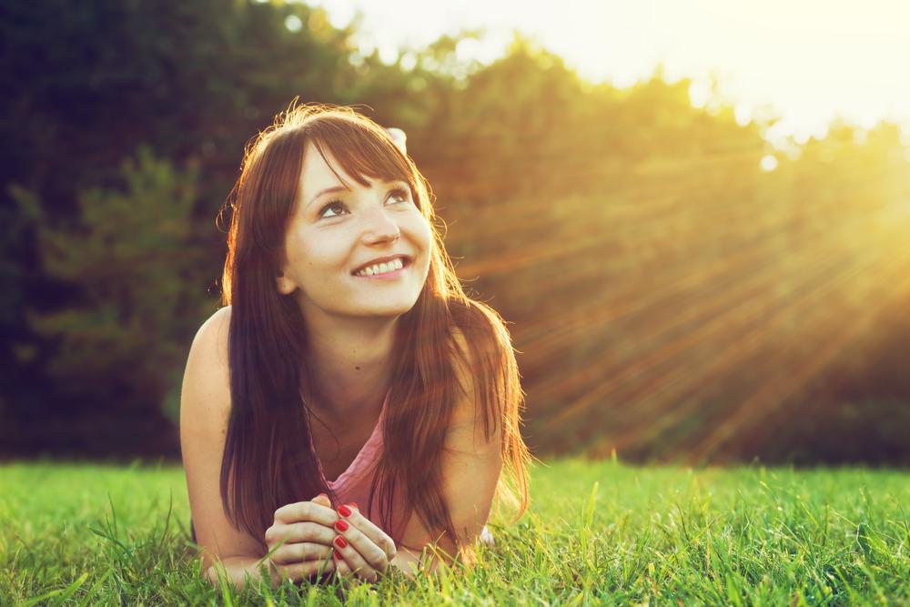 Salud dama sonriente