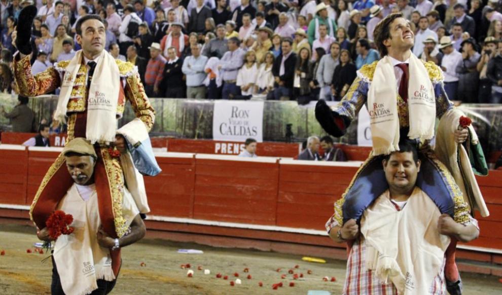 Enrique Ponce sale en hombros plaza de toros de manizales efe 10 de enero de 16