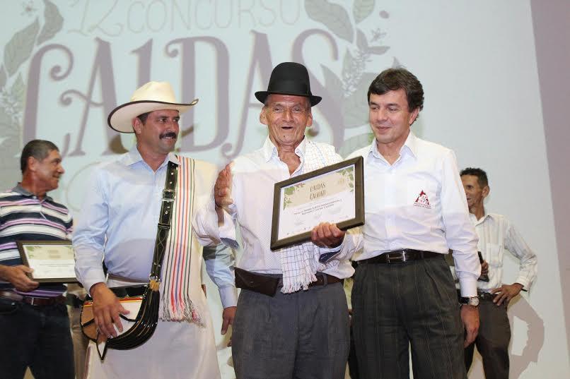 Juan Valdez, Reinaldo Cuartas Cuartas, Manzanares – Vereda La Arabia, Finca El Silencio, primer puesto; y el Gerente General de la FNC, Roberto Vélez Vallejo.