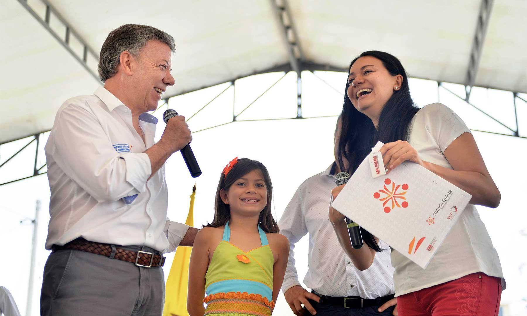 """La señora  Luz Adriana Murillo y su hija, fue beneficiaria de una de las 600 viviendas que este miércoles entregó el Presidente Santos en Pereira. """"Que goce mucho su casa"""" le dijo el Mandatario a la nueva propietaria."""