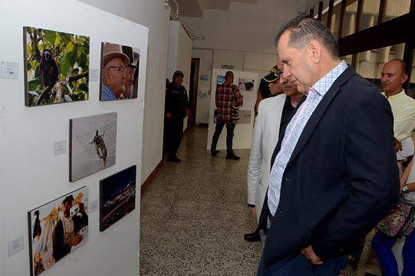 Risaralda verde gobernador contempla las fotos