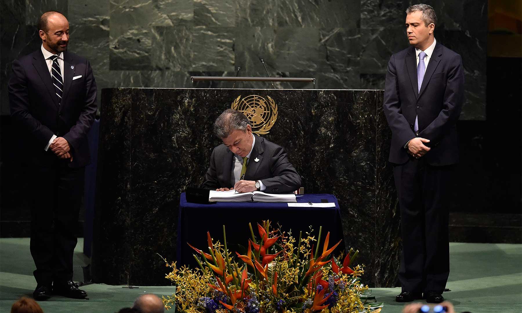 El Presidente de Colombia, Juan Manuel Santos, rubricó este viernes el Acta de París sobre cambio climático, durante la ceremonia de apertura de la firma, celebrada en la sede de la ONU.