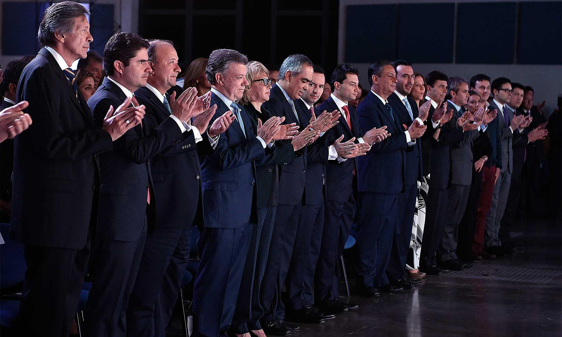El Presidente Santos asiste a la conmemoración de los 90 años de la Cámara de Comercio de Pereira, acompañado por los ministros de Comercio y Defensa, y funcionarios de alto rango del Gobierno.