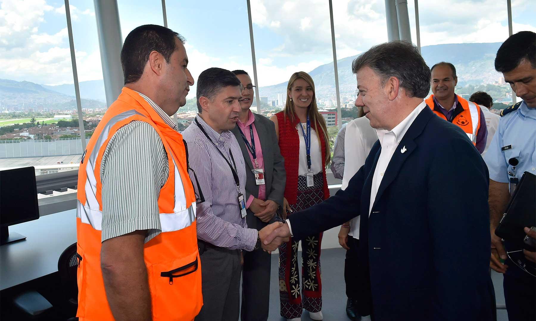 Durante la entrega de seis obras en el Aeropuerto Olaya Herrera de Medellín, el Presidente Santos subrayó que desde 2010 su administración ha invertido más de 20 billones de pesos para desarrollar la infraestructura de transporte en Antioquia.