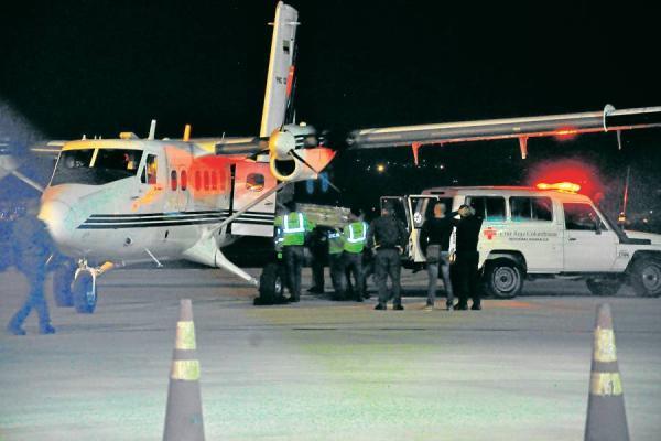 avion con pasajeros de ecuador y victimas del terremoto
