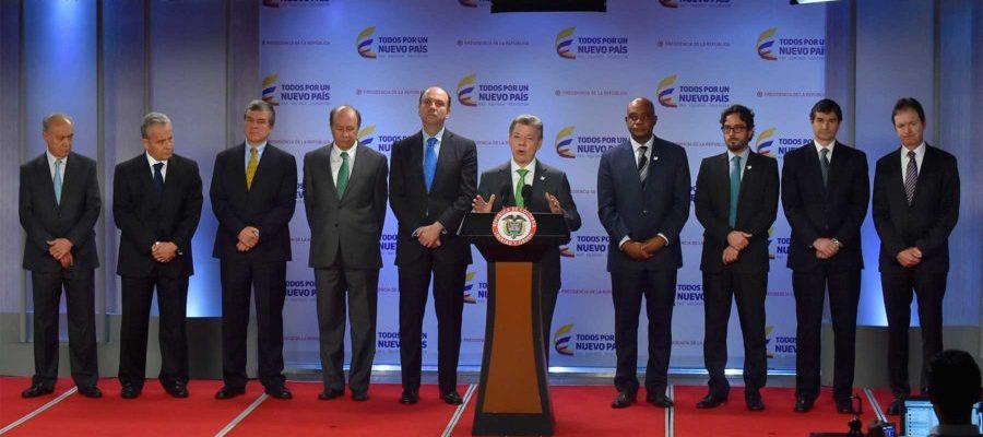 """Acompañado por los ministros entrante y saliente de Ambiente y representantes de las cadenas de supermercados, el Presidente Santos lanzó la campaña """"Reembólsale al Planeta""""."""