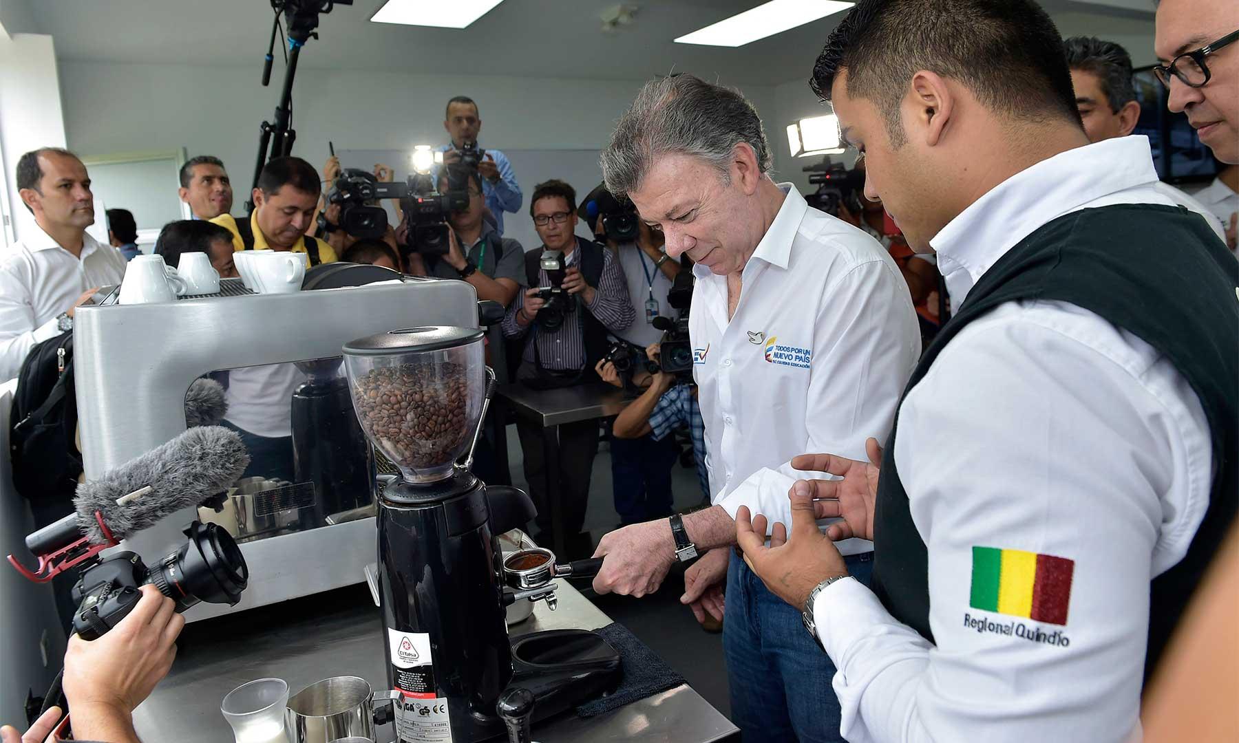 En la Escuela Nacional de Calidad del Café, el Presidente Santos recibe instrucción de un experto en la preparación de la bebida, acompañado por el director del Sena, Alfonso Prada.