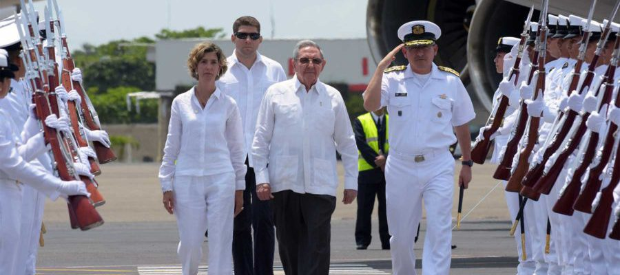 El Presidente de Cuba, Raúl Castro, recibido por la Viceministra de Relaciones Exteriores, Patti Londoño, llegó a Cartagena para asistir a la Firma del Acuerdo Final para la Terminación del Conflicto.