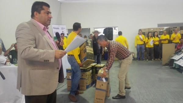 alcalde-de-manizales-entrega-implementos-agrarios
