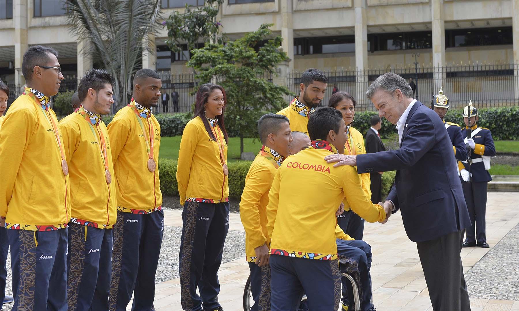 El Presidente Juan Manuel Santos saluda a los deportistas paralímpicos que obtuvieron un desempeño histórico para el país en Rio 2016.