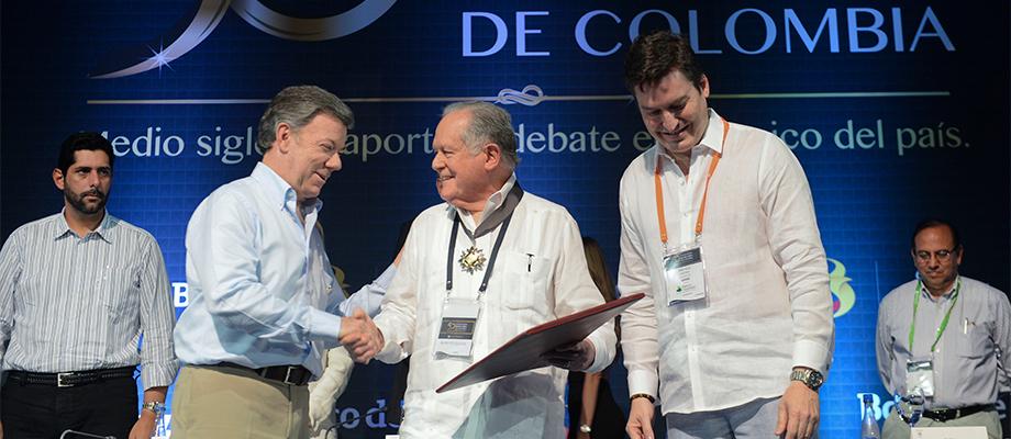 Luis Carlos Sarmiento es felicitado por santos por el premio a la vida y obra