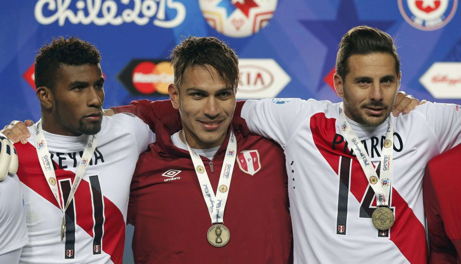 Peru's Jose Reyna (L), Paolo Guerrero and Claudio Pizarro (R) pose with their medals after defeating Paraguay in their Copa America 2015 third-place soccer match at Estadio Municipal Alcaldesa Ester Roa Rebolledo in Concepcion, Chile, July 3, 2015.  REUTERS/Andres Stapff