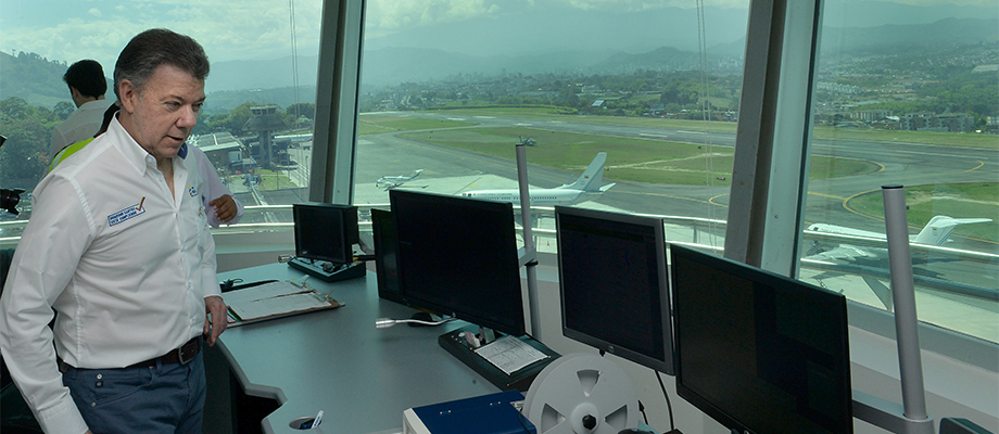 Santos en la nueva torre de control del Aeropuerto Internacional Matecaña