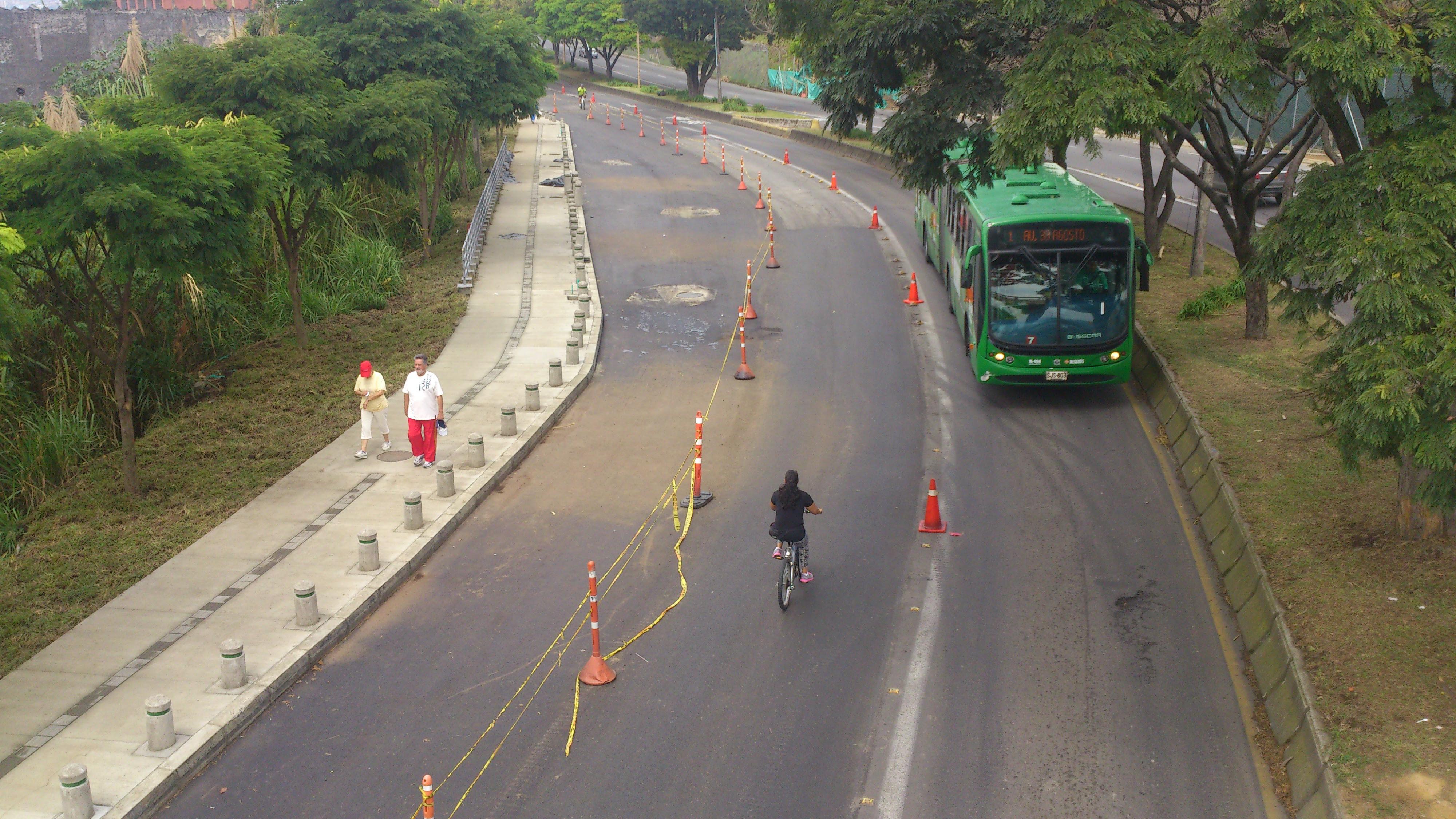 Avenida 30 de Agosto segundo carril mixto en la calzada sur en inmediaciones del colegio Aquilino Bedoya
