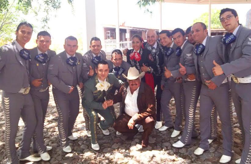 Juan Pablo Marquez y su grupo musical con Vicente Fernandez