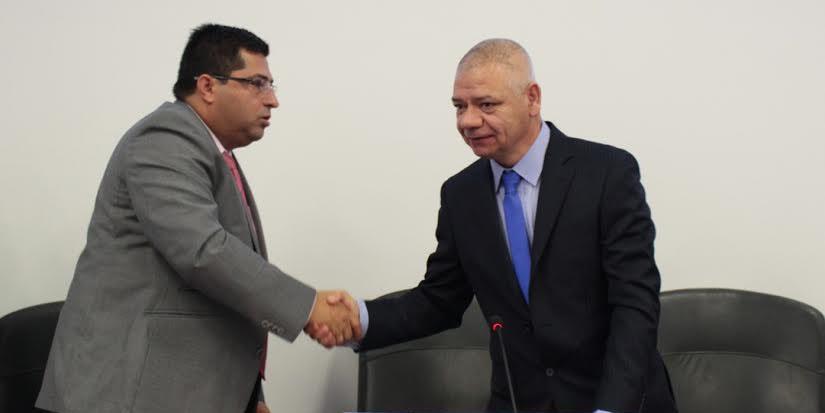 alcalde saluda al presidente del concejo