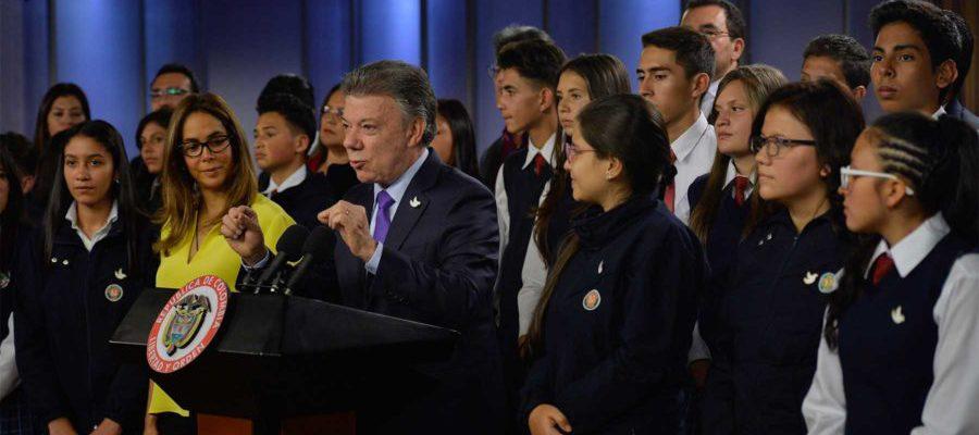 Acompañado por la Ministra de Educación, Gina Parody, el Presidente Santos explica los alcances y objetivos del plan de bilingüismo, con el que se premió a 34 instituciones educativas del país.