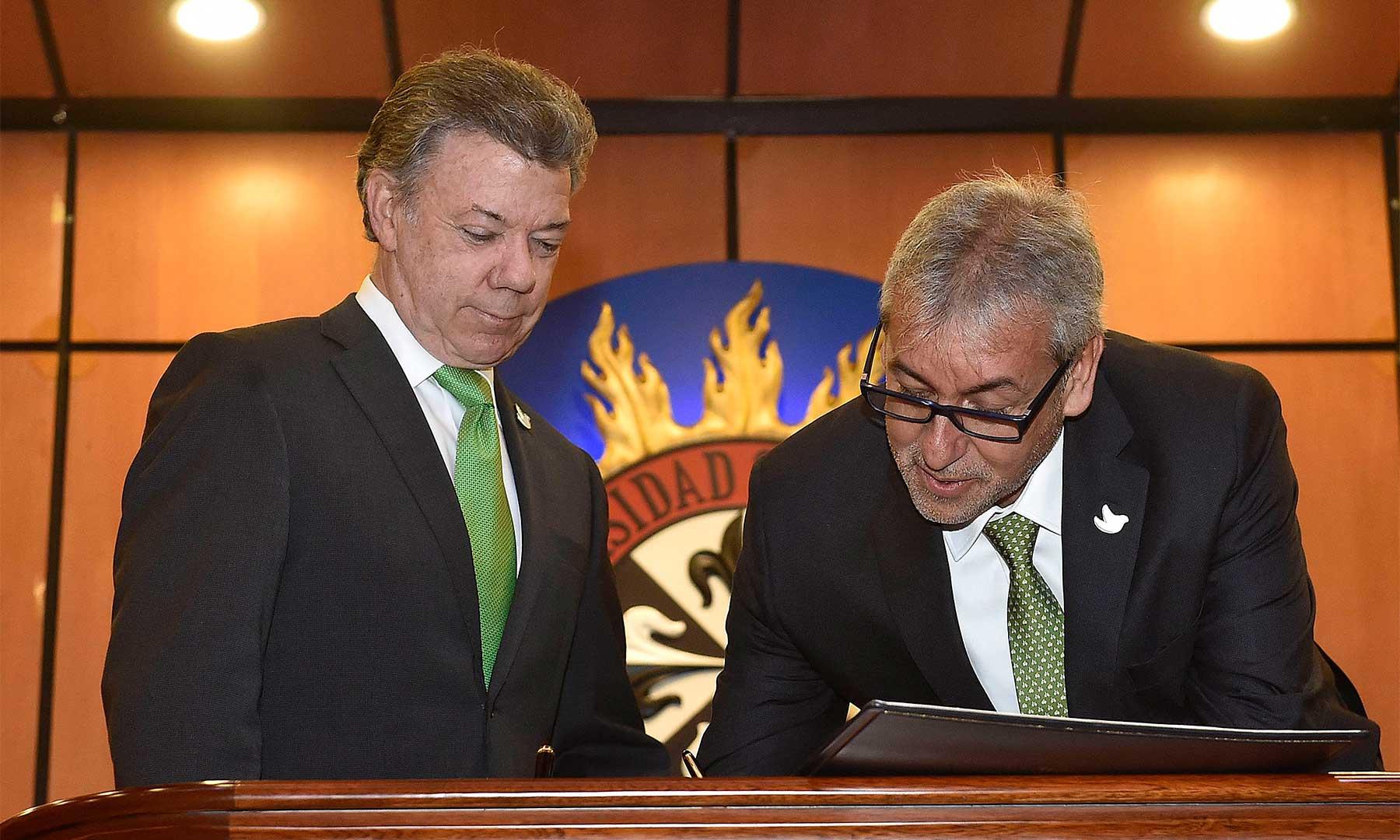 El nuevo Ministro de Justicia y del Derecho, Jorge Eduardo Londoño firma su posesión en el cargo ante el Presidente Juan Manuel Santos.