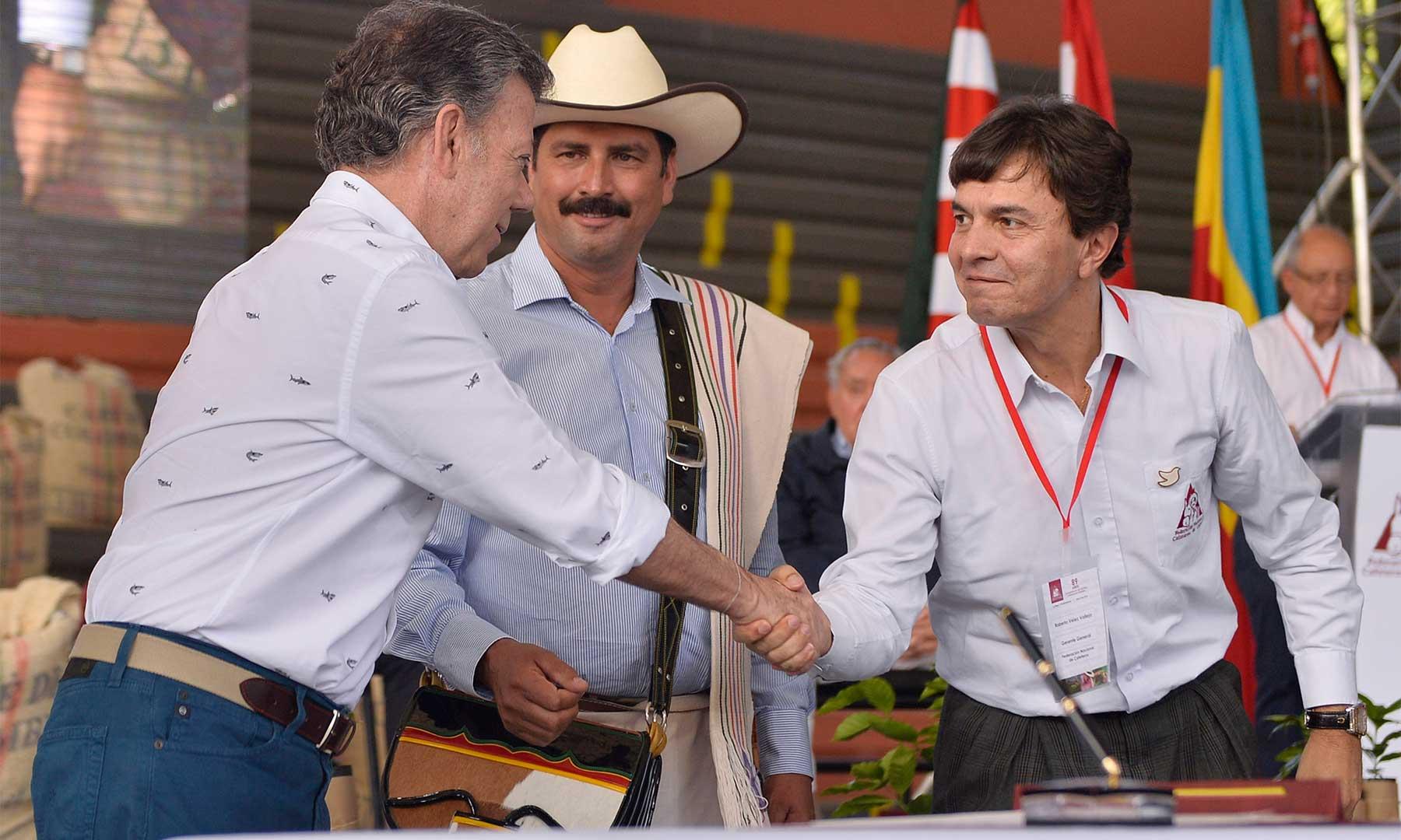 El Presidente Santos, Juan Valdez y el gerente de la Federación de Cafeteros, Roberto Vélez, durante la firma del nuevo contrato administrativo del Fondo Nacional del Café.