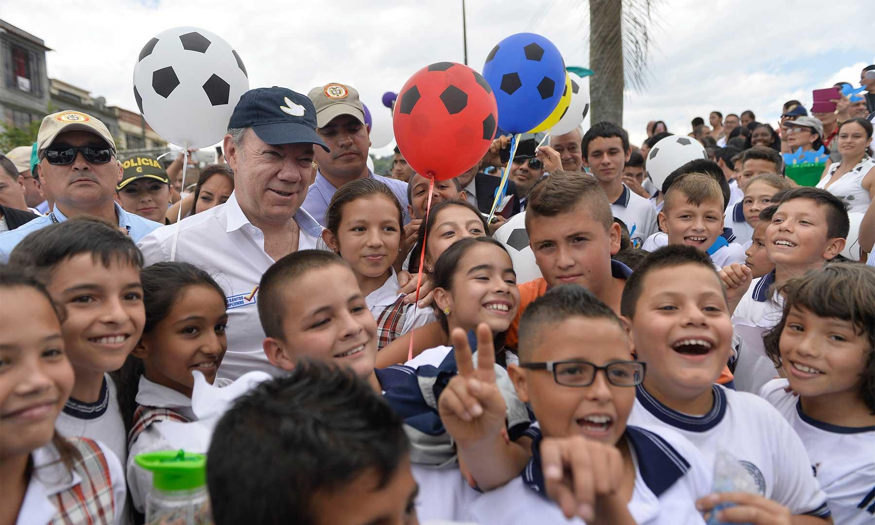 Con niñas y niños de Santa Rosa de Cabal departió este martes el Presidente Juan Manuel Santos, quien inauguró en ese municipio de Risaralda el Parque Recreacional, Deportivo y Ecológico 'La Hermosa'.