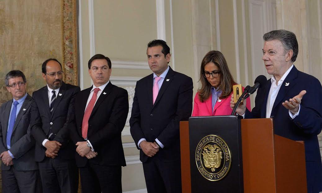 """El programa 'Universidades de Paz', lanzado este jueves en la Casa de Nariño, beneficiará en un comienzo a 1.000 jóvenes de 13 municipios en 7 departamentos. """"¡Y lo harán totalmente becados!"""", subrayó el Presidente Santos."""