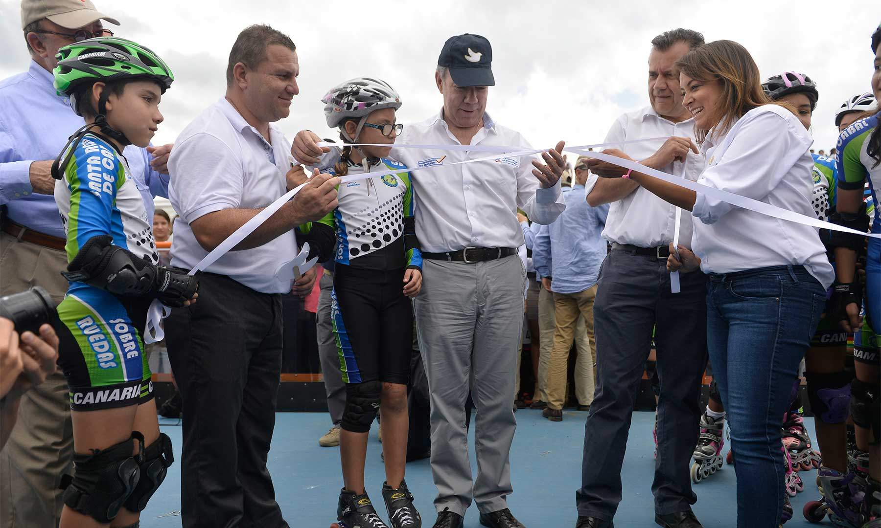 El Presidente participa en el desanude durante la inauguración de la pista de patinaje en el municipio risaraldense de Santa Rosa de Cabal.