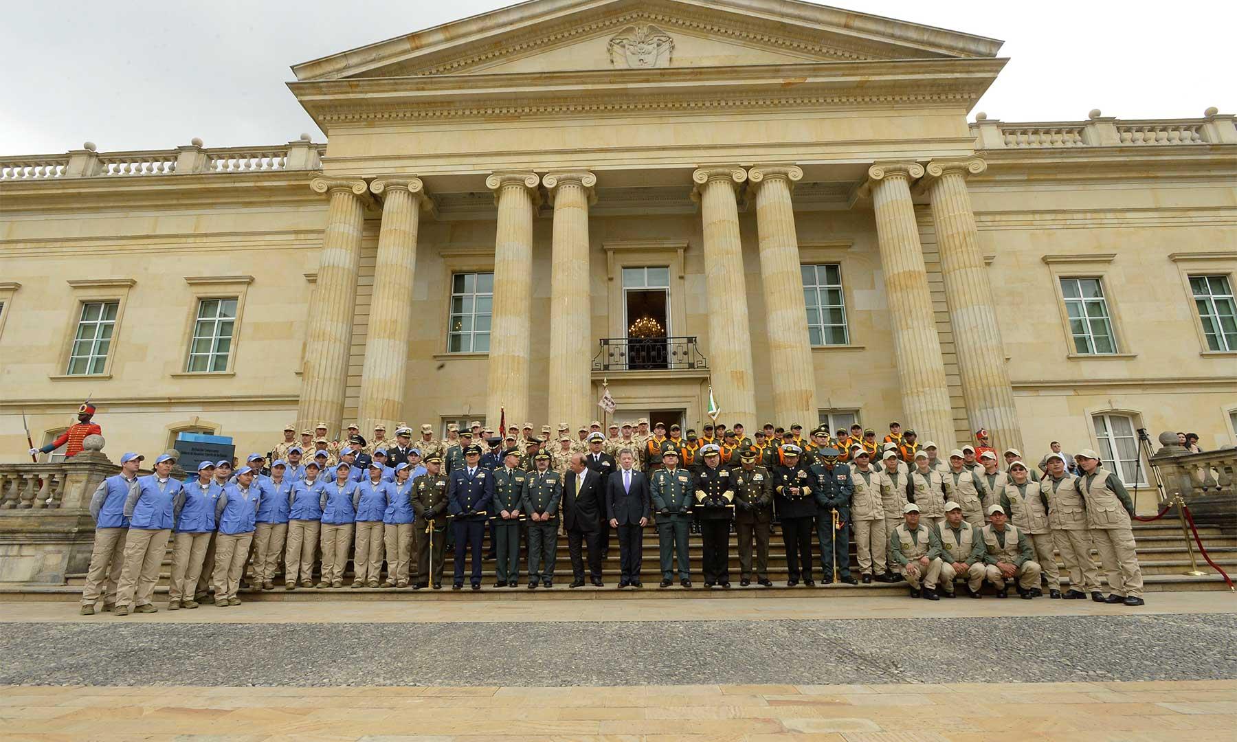 El Presidente Santos, el Ministro de la Defensa, Luis Carlos Villegas y el alto mando militar, posan con los integrantes del comando conjunto de verificación y monitoreo.