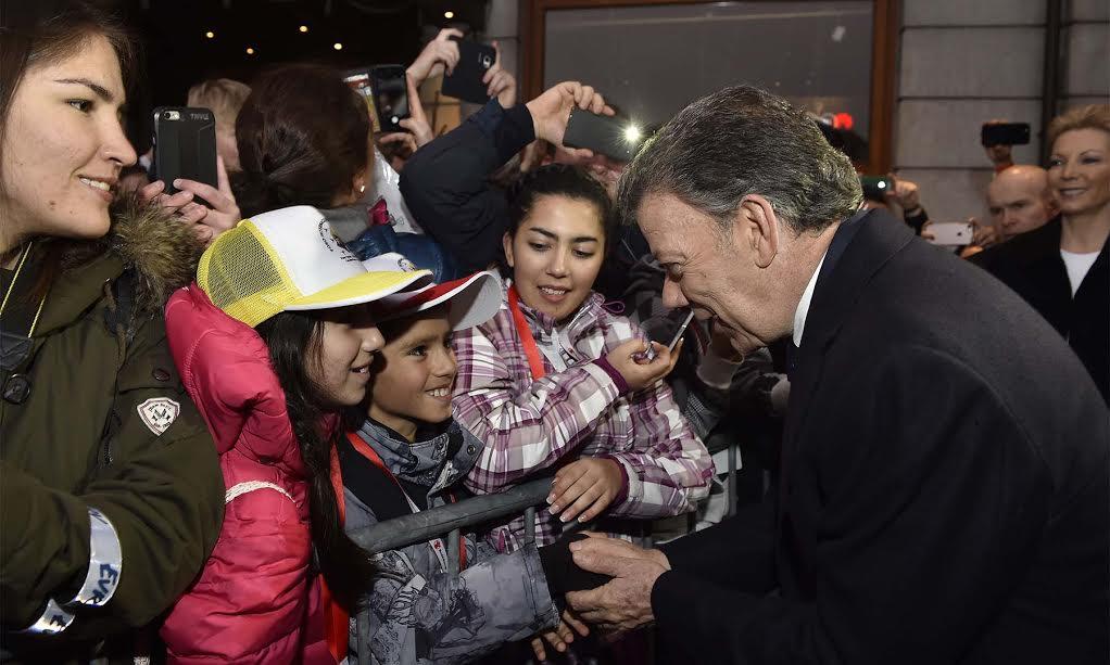 Varios niños saludan al Presidente Juan Manuel Santos luego de salir del ayuntamiento de Oslo, tras recibir el Premio Nobel de Paz 2016.